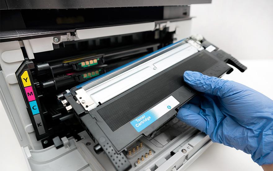 specjalista serwisujący kserokopiarkę
